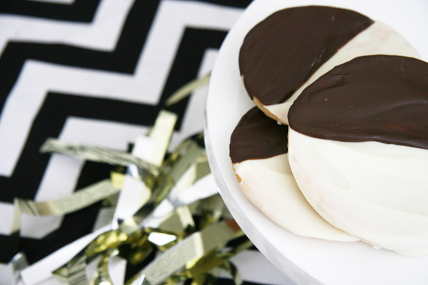 The iconic black and white cookie in dog form! Grab our FREE black and white cookie dog treat recipe here - it's super yummy, quick and easy to make. | Black & White Cookie Dog Treat Recipe | Pretty Fluffy