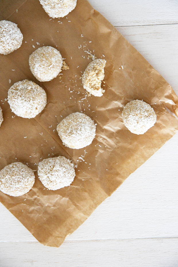 Make your own no bake coconut dog treats. With just 4 ingredients and 4 easy to follow steps they're quick, easy and yummy to make! Get the free recipe now. | No Bake Coconut Dog Treat Recipe | Pretty Fluffy