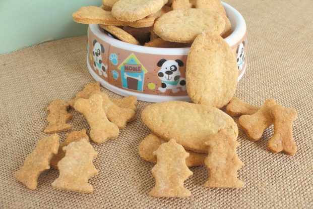 Easter treats for dogs: 12 recipes that your dog will love! These homemade dog treats are healthy, yummy and super easy to make. Grab the free recipes here
